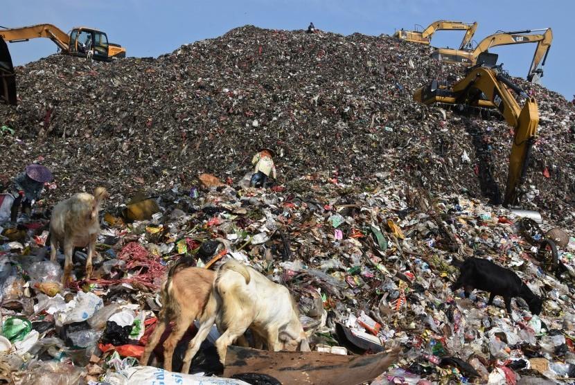 Sejumlah pemulung mengais sampah yang masih memiliki nilai jual di Tempat Pemrosesan Akhir (TPA) Sampah Cipayung, Depok, Jawa Barat.