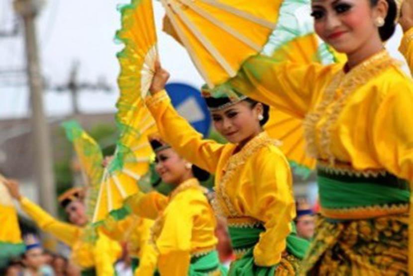 Sejumlah penari membawakan tarian kolosal yang mengisahkan penyebaran agama Islam di tanah Jawa saat pembukaan Pasar Malam Perayaan Sekaten (PMPS)