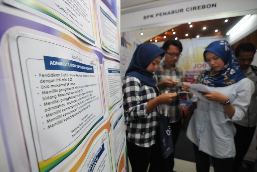 Sejumlah pencari kerja melihat informasi lowongan kerja pada acara Job Fair 38 di Universitas Kristen Satya Wacana, Salatiga, Jawa Tengah, Kamis (14/2/2019).