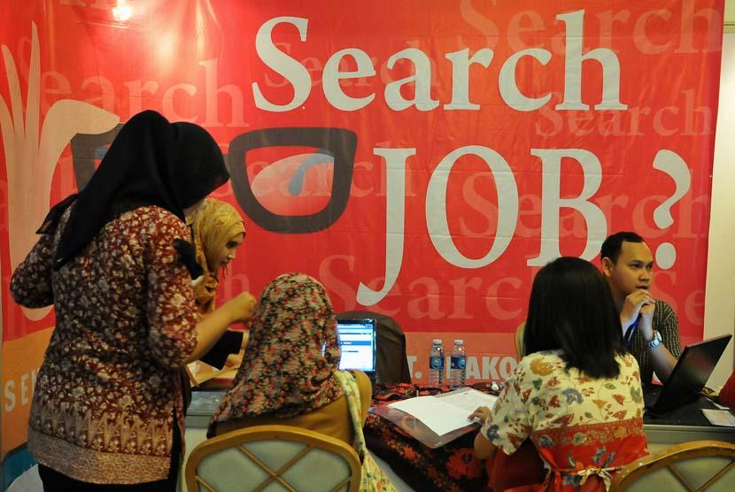 Sejumlah pencari kerja mencari informasi lowongan kerja di stand pameran bursa kerja (Job Fair).