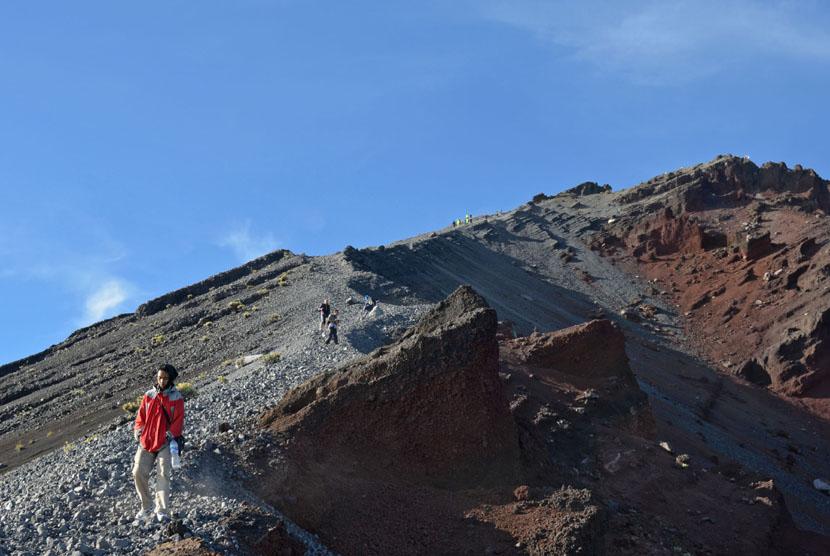 Sejumlah pendaki turun dari puncak Gunung Rinjani, Sembalun, Lombok Timur, NTB, Rabu (30/7). (Antara/Eka Fitriani)