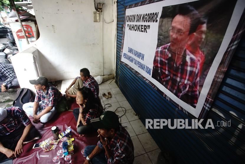 Sejumlah pendukung Basuki Tjahaja Purnama (Ahoker) berkumpul di samping Mako Brimob Kelapa Dua Cimanggis Depok, Jawa Barat, Rabu (23/1/2019).