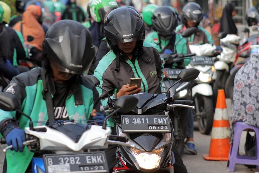 Sejumlah pengemudi ojek daring (online) menunggu penumpang di depan Stasiun Pondok Cina, Kota Depok, Jawa Barat, Selasa (11/6/2019).