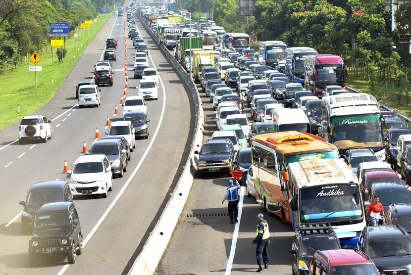 Sejumlah pengendara kendaraan bergerak dalam antrean saat menuju jalur Puncak usai keluar di gerbang tol Ciawi di Kabupaten Bogor, Jawa Barat, Jumat (19/4/2019).