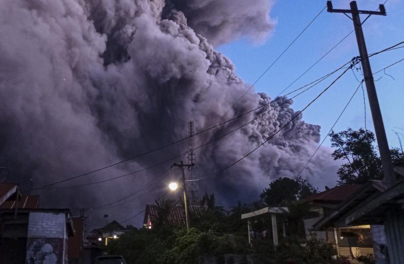 Gunung Sinabung Luncurkan Abu Vulkanik Setinggi 4.500 Meter. Sejumlah pengendara melintas di Jalan Karo-Langkat dengan latar belakang Gunung Sinabung yang menyemburkan material vulkanik di Desa Kutarayat, Naman Teran, Karo, Sumatera Utara, Senin (19/7/2021). Gunung Sinabung erupsi dengan tinggi kolom 5.000 meter di atas puncak atau 3.460 m di atas permukaan laut.