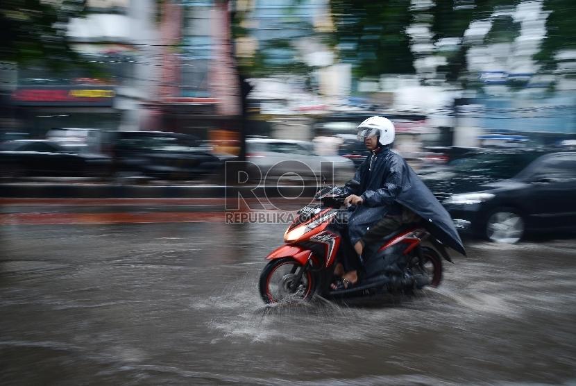 Sejumlah pengendara melintasi jalan yang tergenang di Jalan Iskandar Muda, Jakarta Selatan, Kamis (22/1). Sistem drainase buruk disertai hujan deras menyebabkan sejumlah kawasan di DKI Jakarta dan sekitarnya tergenang air.