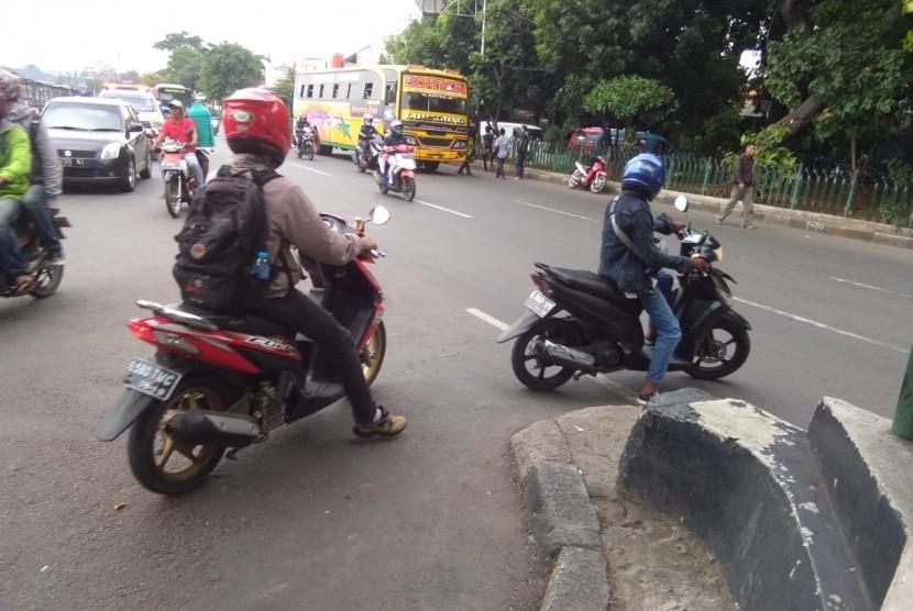 Sejumlah pengendara motor nekat melawan arus di Jalan Raya Lingkar Luar, Tanah Merdeka, Rambutan,  Jakarta Timur.
