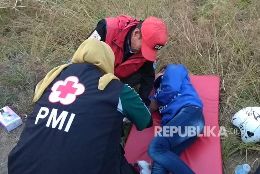 Sejumlah pengendara sepeda motor terjatuh dan mengalami perawatan medis oleh PMI Kabupaten Sukabumi di jalur Geopark Ciletuh-Palabuhanratu di Jalan Loji Kecamatan Simpenan Kabupaten Sukabumi Ahad (17/6).