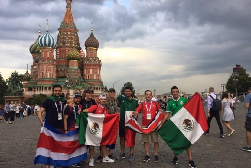Sejumlah penggemar Meksiko berfoto di Lapangan Merah, Moskow.