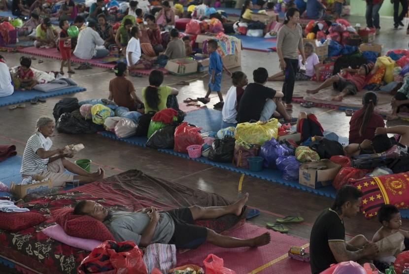 Sejumlah pengungsi Gunung Agung beraktivitas di tempat penampungan di GOR Suwecapura, Klungkung, Bali, Kamis (28/9).