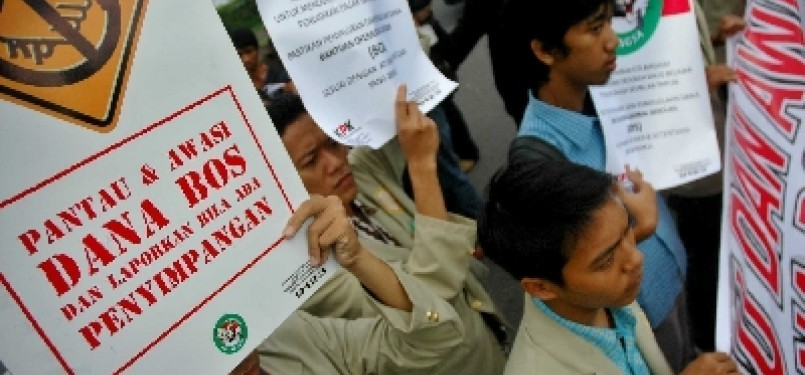 Sejumlah pengunjuk rasa menuntut pemantauan dan pengawasan dana Bantuan Operasional Sekolah (BOS).