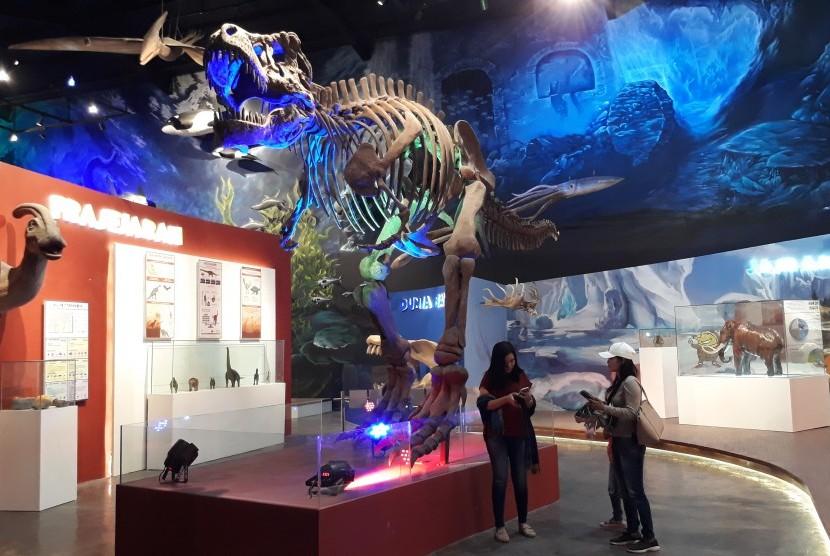 Sejumlah pengunjung berada di kompleks Prasejarah wahana Lumbung Ilmu Galileo, di kompleks wisata keluarga Saloka Theme Park.