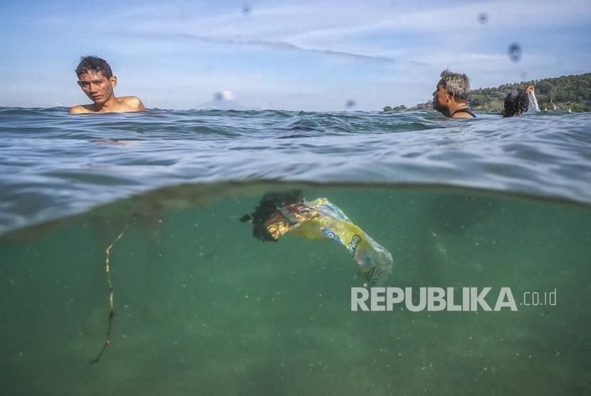 Sampah plastik yang hanyut terbawa arus di pantai wisata