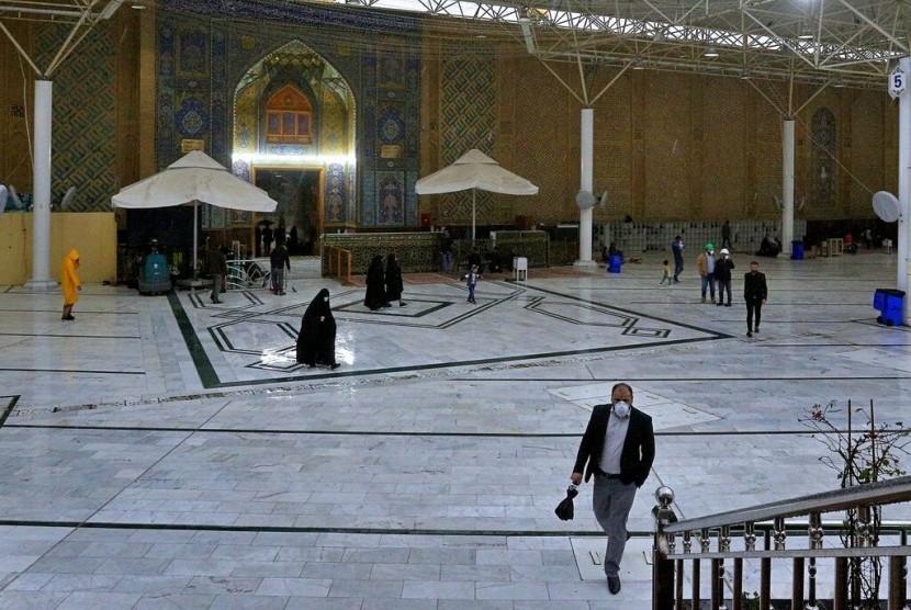 Sejumlah pengunjung berjalan di Masjid Ali di Najaf, Iran, Selasa (25/2). Wabah virus korona telah memukul bisnis hotel di Iran.