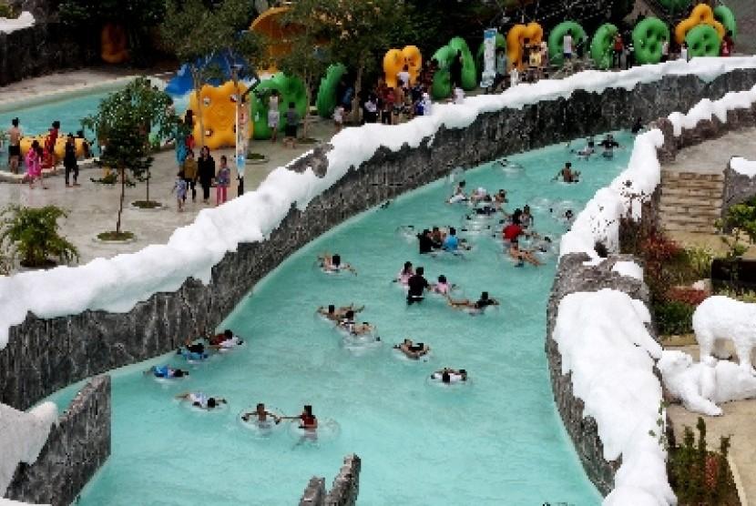 Sejumlah pengunjung bermain wahana air Snowbay saat libur lebaran di Taman Mini Indonesia Indah (TMII), Jakarta.