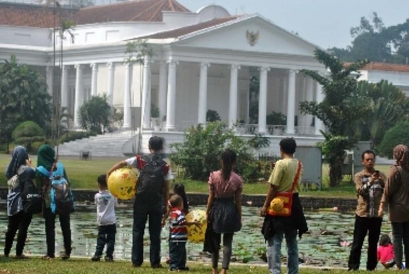 Sejumlah pengunjung berwisata di belakang Istana Bogor dari Kebun Raya Bogor, Rabu (22/8).