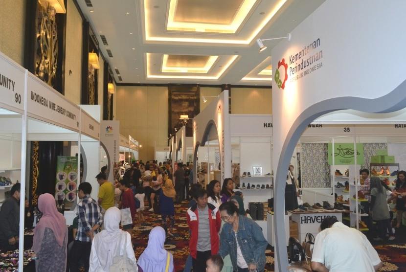 Sejumlah pengunjung melihat produk unggulan yang dipamerkan di Pameran Produk Indonesia (PPI) di Bandung, Jabar, Ahad (29/9).