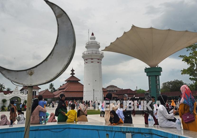 Sejumlah pengunjung memadati area wisata ziarah di kompleks Makam Sultan Maulana Hasanudin, di Banten Lama. Ilustrasi.