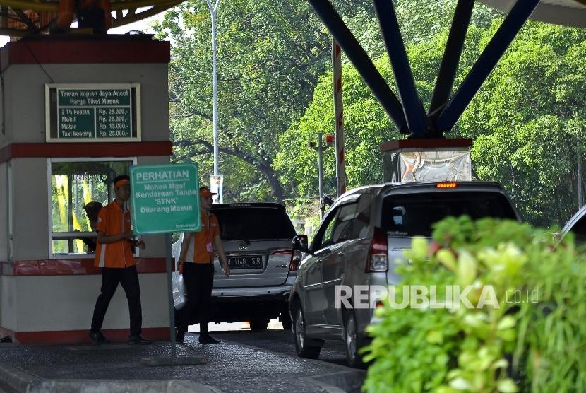Sejumlah pengunjung memasuki kawasan wisata Taman Impian Jaya Ancol, Jakarta