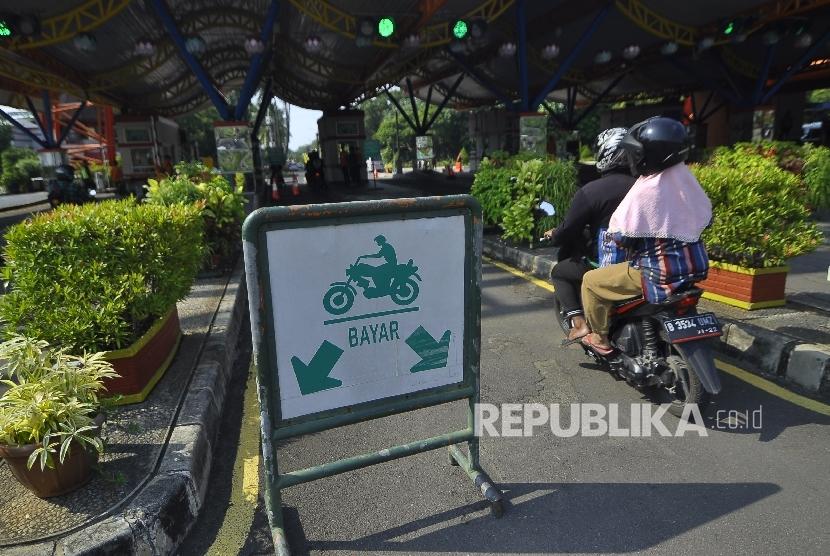 Sejumlah pengunjung memasuki kawasan wisata Taman Impian Jaya Ancol, Jakarta, Kamis (21/9).