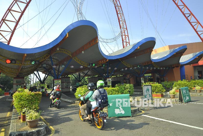 Sejumlah pengunjung memasuki kawasan wisata Taman Impian Jaya Ancol, Jakarta (ilustrasi)