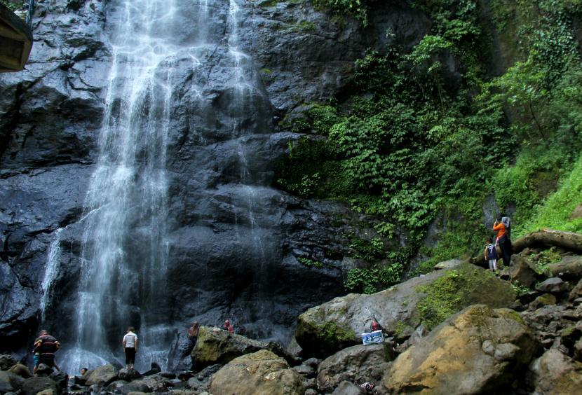 Sejumlah pengunjung menikmati air terjun Tamasipi Mamuju, Sulawesi Barat.
