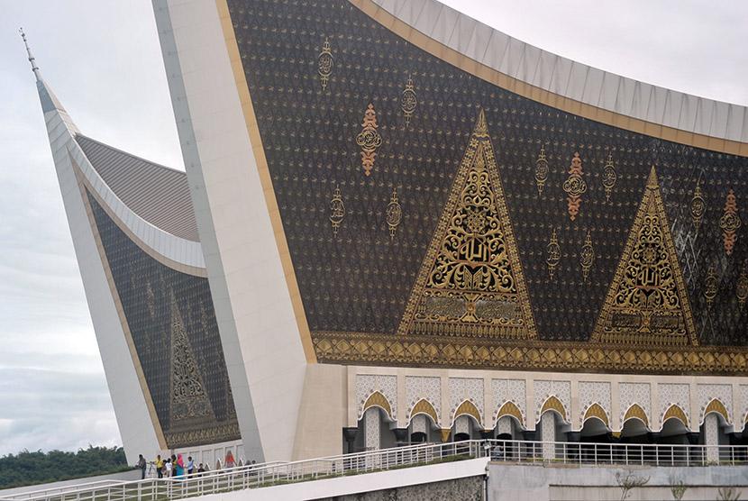 Sejumlah pengunjung menikmati wisata religius di halaman Masjid Raya Sumatera Barat, di Padang, Senin (12/12).