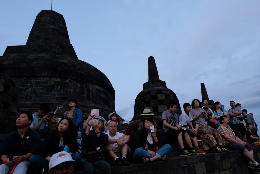 Pengunjung di Candi Borobudur. Kehadiran bandara baru di Yogyakarta diharapkan mendorong pengembangan pariwisata di sekitar bandara.