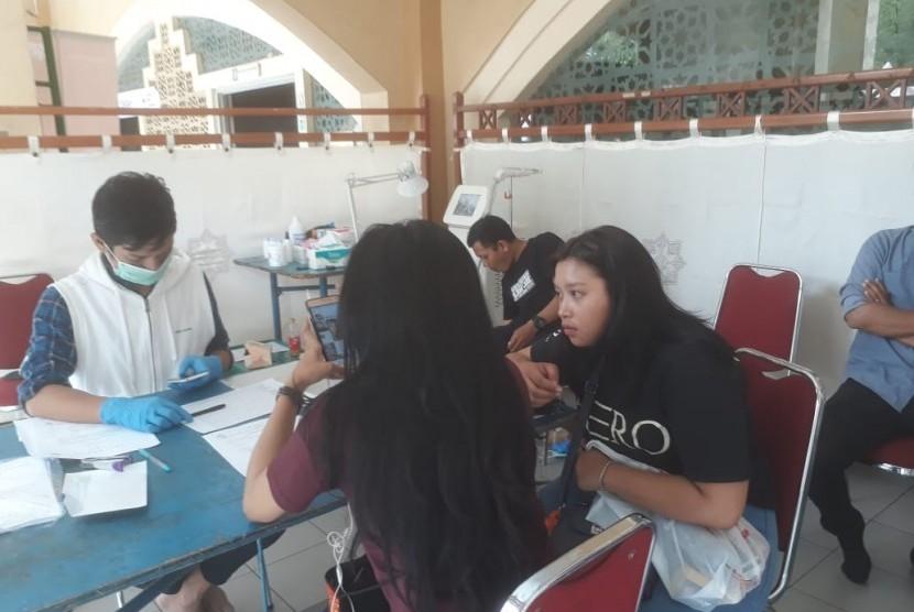 Sejumlah pengunjung yang berada di acara Muhasabah Akhir Tahun Republika di Mesjid Pusdai, Senin (31/12) antusias bertanya ke stan program hapus tato tentang tata cara ikut program tersebut.