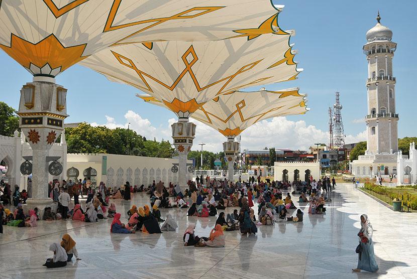 Sejumlah pengunjung yang datang dari berbagai daerah berada di Masjid Raya Baiturrahman, Banda Aceh, Jumat (22/6).