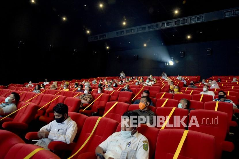 Sejumlah penonton duduk menjaga jarak di dalam studio pada hari pertama pembukaan kembali bioskop Cinepolis Cinemas, di Mal Living World, Kota Pekanbaru, Riau. Perilaku menonton kembali seperti sebelum pandemi meski diterapkan prokes maksimal