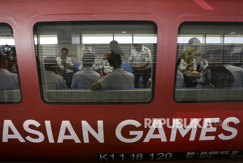 Sejumlah penumpang berada di dalam gerbong Light Rail Transit (LRT) Palembang di Stasiun Dekranasda Jakabaring (DJKA), Palembang, Sumatra Selatan, Senin (23/7).