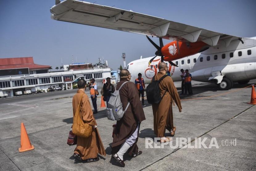 Sejumlah penumpang berjalan menuju pesawat di Bandara Husein Sastranegara, Kota Bandung, Senin (1/7).