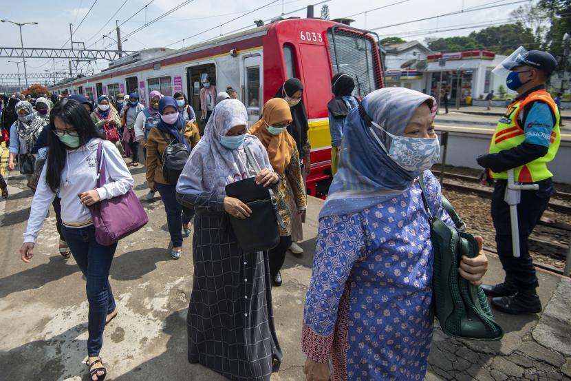 Penumpang berjalan usai turun dari rangkaian kereta rel listrik (KRL) Commuterline di Stasiun Bogor, Kota Bogor, Jawa Barat.