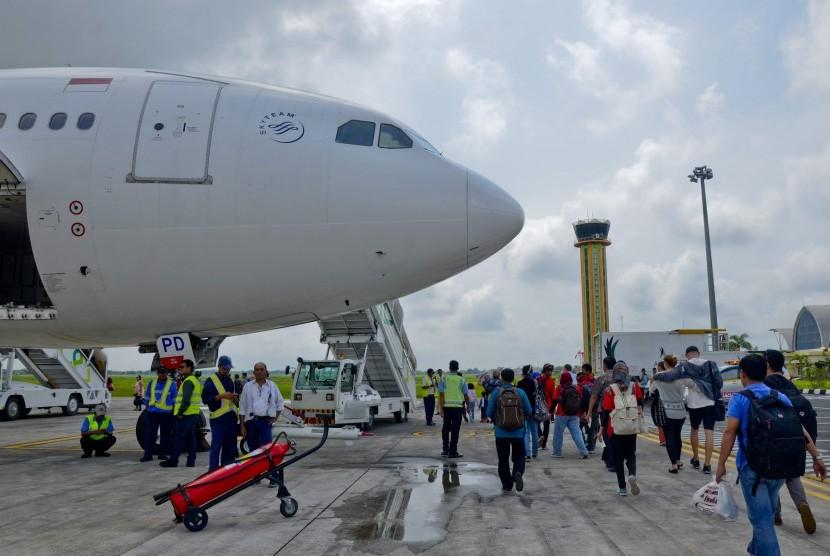 Sejumlah penumpang bersiap menaiki pesawat di Bandara Lombok International Airport (LIA) di Praya, NTB.