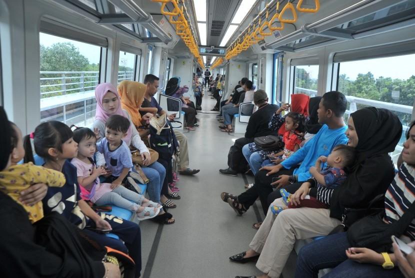 Sejumlah penumpang bercengkerama di atas Light Rail Transit (LRT) atau kereta api ringan Palembang.