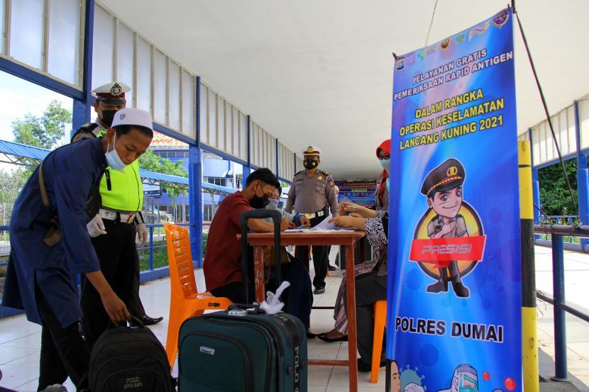 Sejumlah penumpang kapal dari Pulau Batam mendaftarkan diri untuk mendapatkan pelayanan gratis tes Rapid Antigen COVID-19 di Pelabuhan Bandar Sri Junjungan Dumai, Riau, Jumat (23/4/2021). Kepolisian Resor Dumai bekerja sama dengan Dinas Kesehatan menggelar pelayanan gratis tes Rapid Antigen kepada penumpang kapal yang tiba di pelabuhan dengan sasaran prioritas penumpang kapal warga Dumai untuk mencegah penyebaran virus Corona (COVID-19) di daerah tersebut.