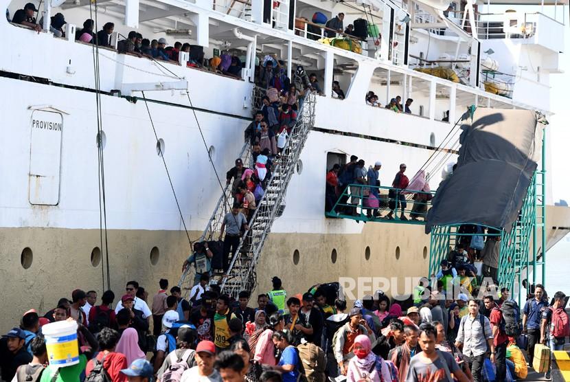 Sejumlah penumpang Kapal Pelni Leuser asal Sampit, Kalimantan Tengah, menuruni tangga saat kapal yang mereka tumpangi bersandar di Dermaga Gapura Surya Nusantara, Pelabuhan Tanjung Perak, Surabaya, Jawa Timur, Rabu (29/5/2019).