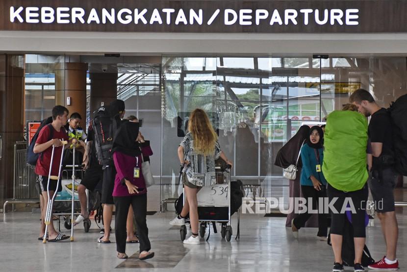 Sejumlah penumpang memasuki pintu keberangkatan di Lombok International Airport (LIA) di Praya, Lombok Tengah, NTB.