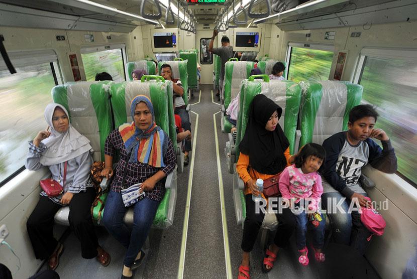 Sejumlah penumpang menikmati perjalanan menggunakan Kereta Rel Diesel Elektrik (KRDE) Minangkabau Ekspres dari Padang menuju Bandara Internasional Minangkabau (BIM), di Padangpariaman, Sumatera Barat, Selasa (1/5).