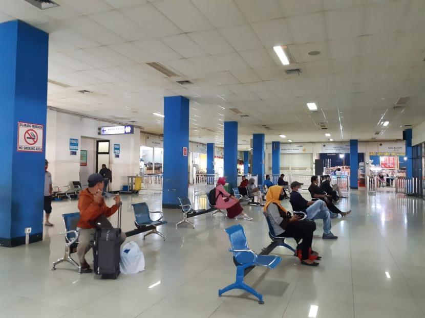 Sejumlah penumpang menunggu bus di Terminal Tirtonadi Solo, beberapa waktu lalu.