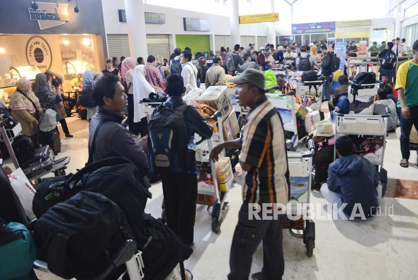Sejumlah penumpang menunggu untuk menjadwalkan ulang keberangkatannya seusai pembukaan kembali bandara Lombok International Airport (LIA) dibuka kembali di Praya, NTB, Selasa (28/11).