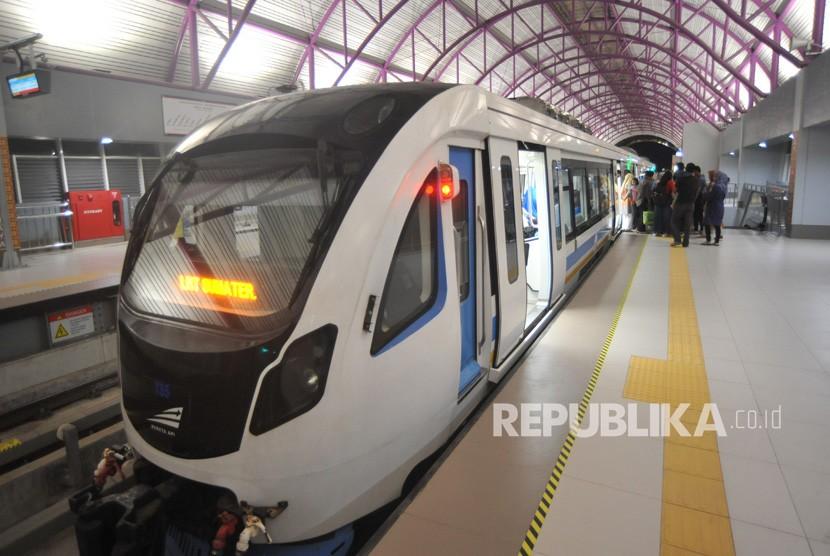 Sejumlah penumpang turun dari Light Rail Transit (LRT) di Stasiun Bumi Sriwijaya, Palembang, Sumatera Selatan, Rabu (26/6/2019).