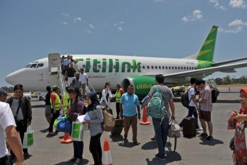 Sejumlah penumpang turun dari pesawat Boeing 737-500 milik maskapai Citilink