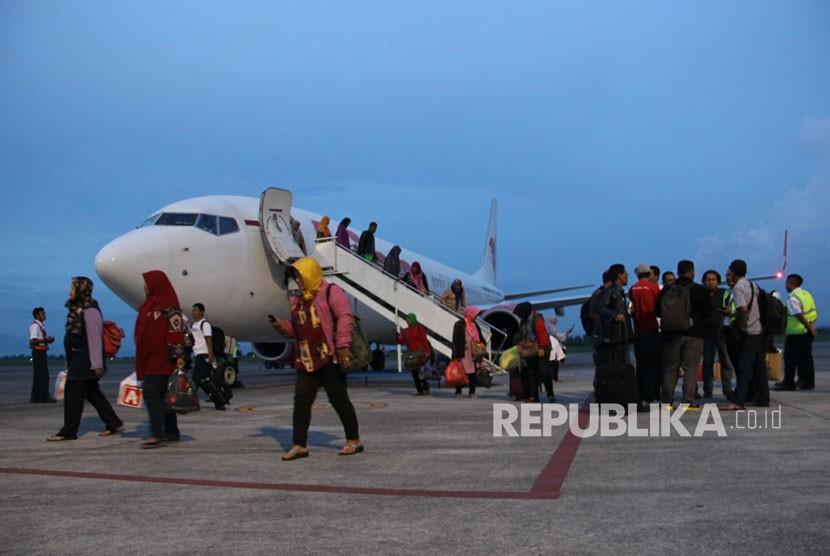 Sejumlah penumpang turun dari pesawat Lion Air setelah gagal berangkat menuju ke Surabaya setelah penutupan Bandara Internasional Lombok, Nusa Tenggara Barat, Minggu (26/11).