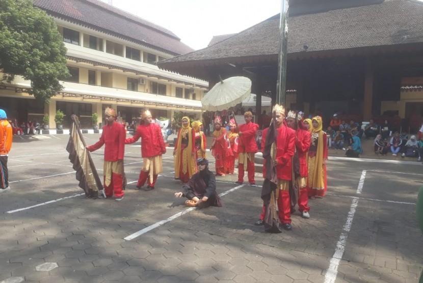 Sejumlah penyandang disabilitas usia sekolah di kantor DPRD Kota Cimahi tengah melaksanakan peringatan hari disabilitas tingkat internasional, Senin (3/12).