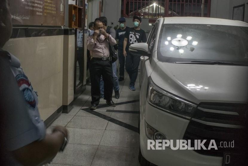 Sejumlah penyidik Komisi Pemberantasan Korupsi (KPK) berjalan keluar usai melakukan penggeledahan di Lapas Klas 1A Sukamiskin, Bandung, Jawa Barat, Rabu (25/7).