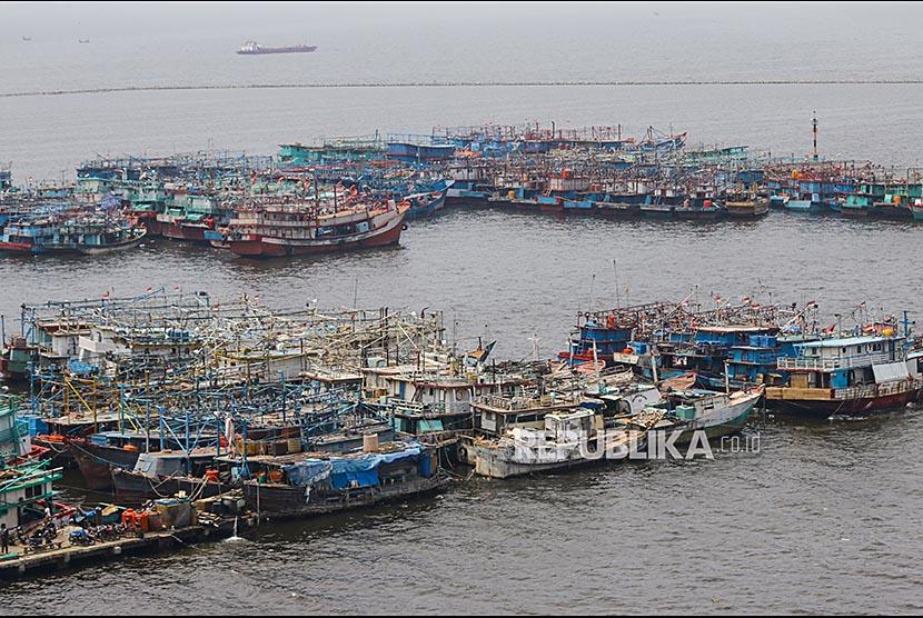 Sejumlah perahu nelayan bersandar di Pelabuhan Muara Angke, Jakarta, Senin (23/10). Kelompok Nelayan Tradisional (KNT) dan masyarakat pesisir di Muara Angke menolak dilanjutkannya proyek reklamasi dan terus berharap kepada janji Gubernur DKI Jakarta Anies Baswedan untuk menghentikan reklamasi di Pantai Utara Jakarta.