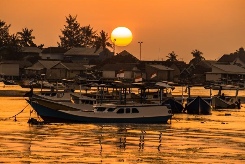 Sejumlah perahu nelayan bersandar seusai melaut di tepi pantai Pelabuhan Karimunjawa, Jepara, Jawa Tengah, Rabu (25/7). Potensi segmen wisata halal dapat dimanfaatkan untuk memenuhi kebutuhan gaya hidup halal saat ini.