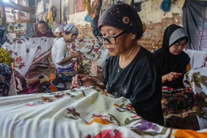 Sejumlah perajin memproduksi batik di Kampung Batik Kauman di Pekalongan, Jawa Tengah, Kamis (27/9).